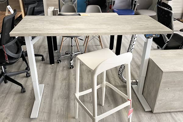 mesa con ajuste de altura muebles de oficina